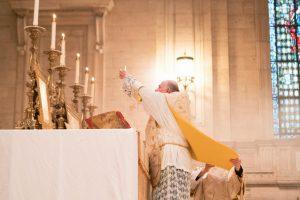 priest-celebrating-Latin-mass
