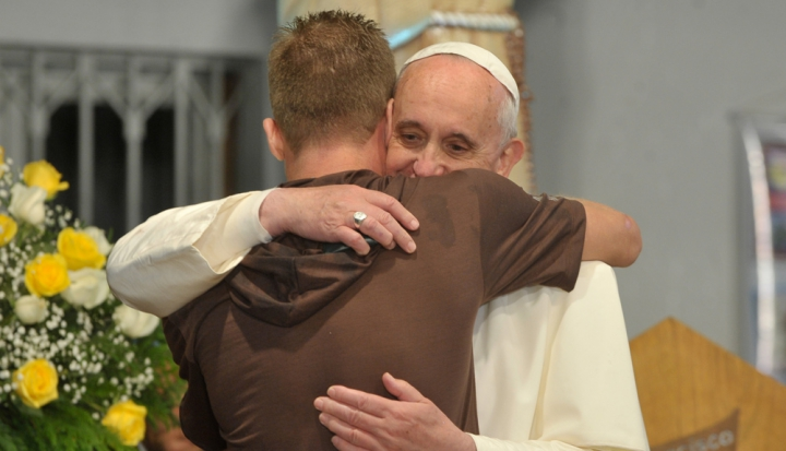 PopeFrancis_hug_wikimedia_Tomaz SilvaABr