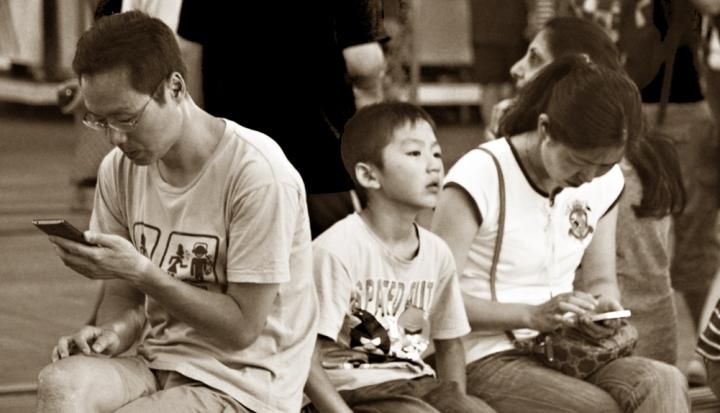 ParentsCellPhones_Flickr_TinaLeggio