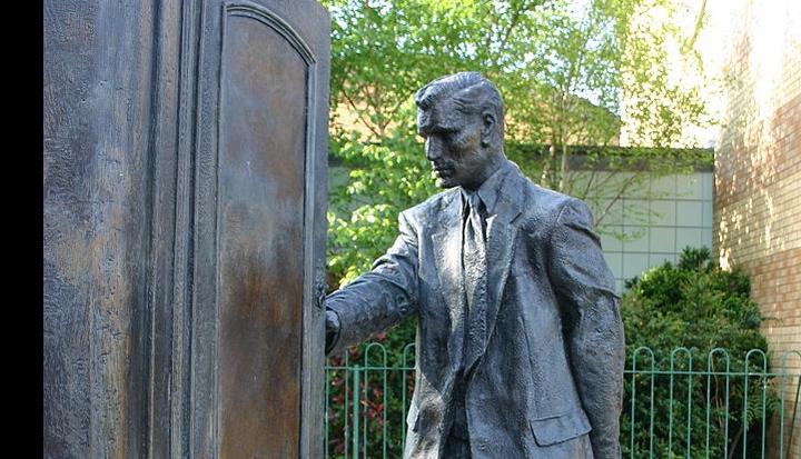 C.S._Lewis_Statue