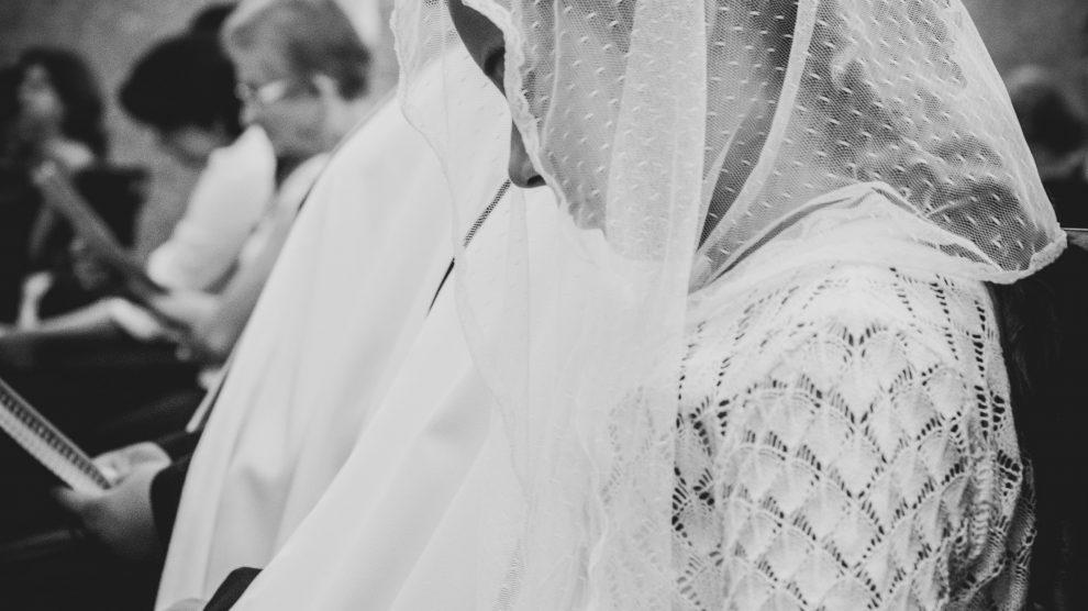 girl-wearing-chapel-veil