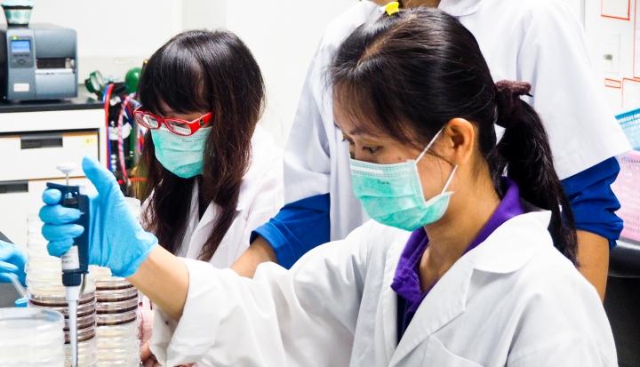 scientist girls_Flickr