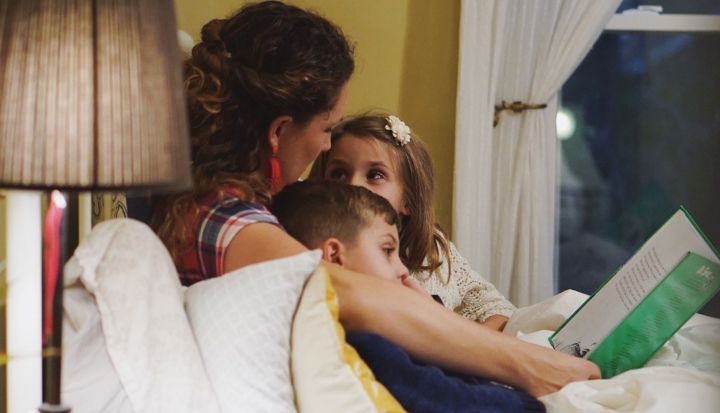 a-mom-reads-to-children