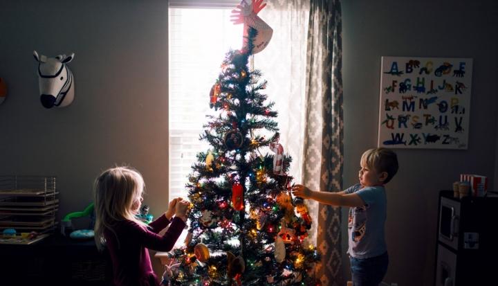 children-decorate-christmas-tree