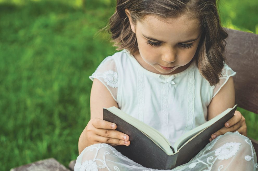 girl-reads-book