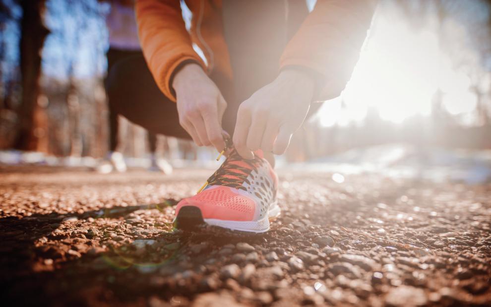 runner-tying-running-shoes