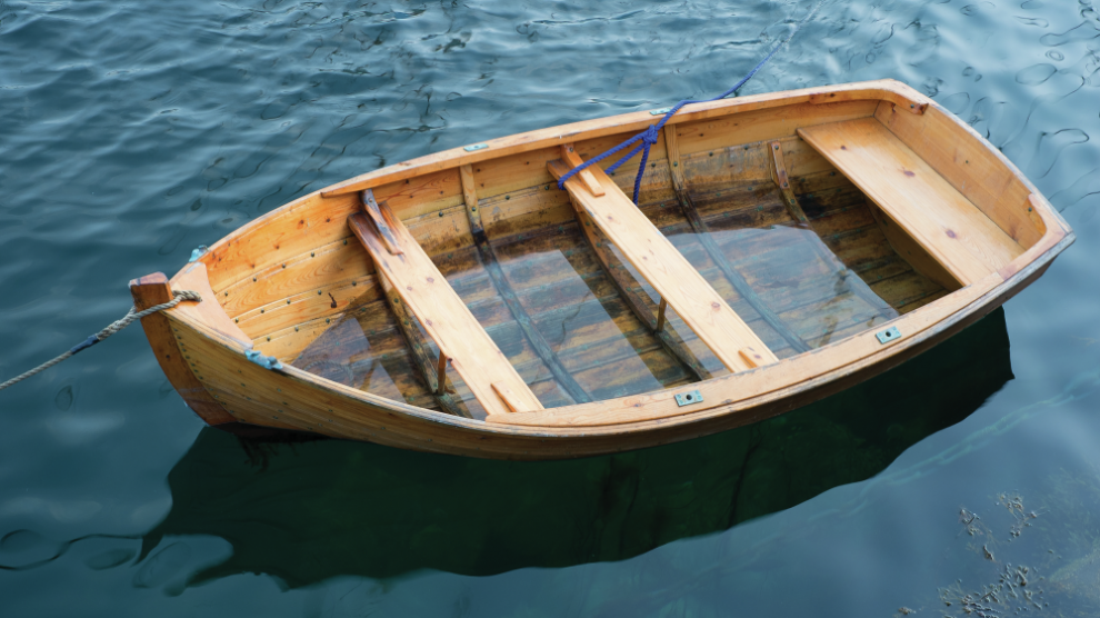 wooden-boat-in-lake