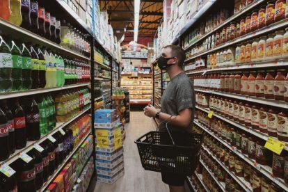 man-wearing-mask-while-shopping