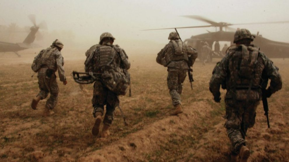 soldiers-running-to-helicopter